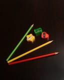 Farbige Bleistiftspitzer und Bleistifte Lizenzfreies Stockbild