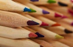 Farbige Bleistiftzeichenstifte auf einem weißen Hintergrund Stockfotografie