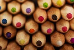 Farbige Bleistiftzeichenstifte auf einem weißen Hintergrund Lizenzfreie Stockfotos