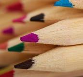 Farbige Bleistiftzeichenstifte auf einem weißen Hintergrund Stockfotos