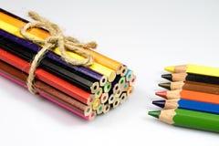 Farbige Bleistiftzeichenstifte auf weißem Boden Schuleaccessor Lizenzfreie Stockbilder
