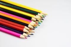 Farbige Bleistiftzeichenstifte auf weißem Boden Schuleaccessor Stockfotografie