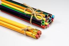 Farbige Bleistiftzeichenstifte auf weißem Boden Schuleaccessor Lizenzfreie Stockfotografie