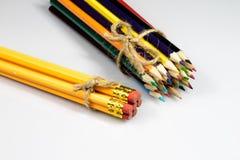 Farbige Bleistiftzeichenstifte auf weißem Boden Schuleaccessor Stockfotos