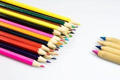 Farbige Bleistiftzeichenstifte auf weißem Boden Schuleaccessor Lizenzfreies Stockbild
