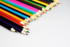 Farbige Bleistiftzeichenstifte auf weißem Boden Schuleaccessor Lizenzfreies Stockfoto