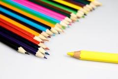 Farbige Bleistiftzeichenstifte auf weißem Boden Schuleaccessor Stockfoto