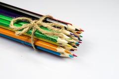Farbige Bleistiftzeichenstifte auf weißem Boden Schuleaccessor Lizenzfreie Stockfotos