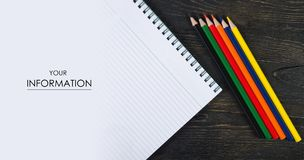 Farbige Bleistiftzeichenstifte und Notizbuchfoto oben Stockfotografie