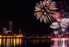 Farbige Blitze von Feuerwerken über dem Stadtteich von Jekaterinburg im Stadtzentrum Stockfotografie