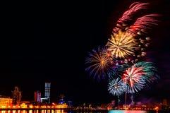 Farbige Blitze von Feuerwerken über dem Stadtteich von Jekaterinburg im Stadtzentrum Lizenzfreie Stockfotografie
