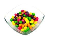 Farbige Bonbons in der Schüssel Lizenzfreie Stockfotos