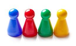 Farbige Brettspielstücke lokalisiert auf Weiß Lizenzfreie Stockfotografie