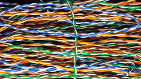 Farbige Drähte in den globalen Netzwerken Stockfoto