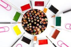Farbige Draufsicht der Bleistifte mit unscharfen Kunstversorgungen Lizenzfreies Stockbild