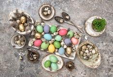 Farbige Ei- und Vogelfeder Ostern Dekoration Lizenzfreie Stockbilder