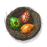 Farbige Eier durch Ostern in einem Nest Lizenzfreies Stockfoto