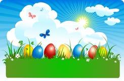 Farbige Eier in einer Wiese Stockfotos