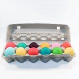 Farbige Eier im Karton Lizenzfreie Stockbilder