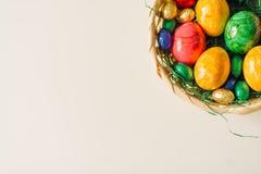 Farbige Eier im Korb als Rahmen Lizenzfreies Stockbild