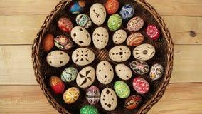 Farbige Eier in Ostern-Nest stock video footage