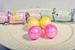 Farbige Eier und ein Cracker Stockfoto