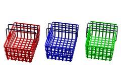 Farbige Einkaufskörbe lokalisiert auf weißem Hintergrund Stockfotografie