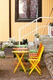 Farbige Eisenstühle und eine Tabelle Lizenzfreie Stockbilder