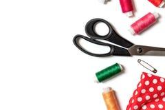 Farbige Fadenspulen, -scheren, -stift und -gewebe auf weißem des Nähens, handgemachten und DIY Konzept des Hintergrundes, - Entwu lizenzfreie stockfotografie