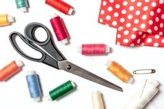 Farbige Fadenspulen, -scheren, -stift und -gewebe auf weißem des Nähens, handgemachten und DIY Konzept des Hintergrundes, - Entwu lizenzfreies stockfoto