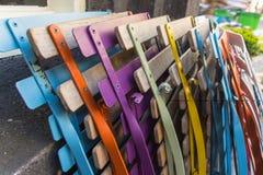 Farbige faltende strukturierte Stühle nahe der Wand in Amsterdam Lizenzfreie Stockfotos