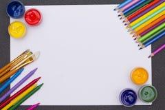 Farbige Farbe auf dem Tisch Lizenzfreies Stockfoto