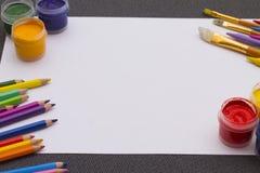 Farbige Farbe auf dem Tisch Stockbilder