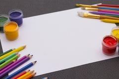 Farbige Farbe auf dem Tisch Stockbild