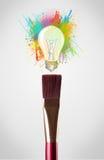 farbige Farbe spritzt und Glühlampe Stockfotos
