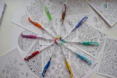 Farbige Federn in einem Kreis Stockbild