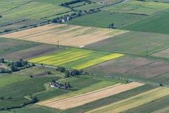Farbige Felder im Tal von oben lizenzfreies stockbild
