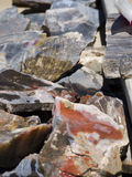 Farbige Felsen, Edelsteine und Mineralien für Verkauf in Bryce Village in Utah USA Lizenzfreies Stockbild