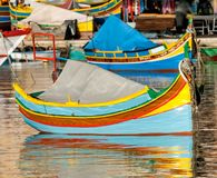 Farbige Fischerboote in Marsaxlokk beherbergten, Malta lizenzfreie stockfotos