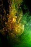Farbige Flüssigkeit im Wasser stockbild