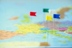Farbige Flaggen, Druckbolzen, Reißzwecke festgesteckt auf Karte von Europa Kopieren Sie Raum, Reisekonzept stockfoto