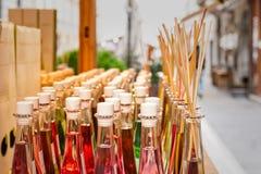 Farbige Flaschen Düfte mit Stöcken für den Duft des Hauses lizenzfreies stockfoto