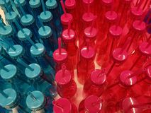Farbige Flaschen mit gebohrten Kappen und Stroh stockbilder