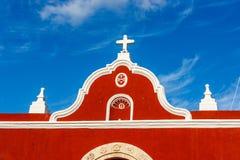 Farbige Gebäude über einem blauen Himmel in Campeche, Mexiko lizenzfreie stockbilder