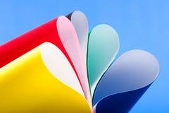 Farbige gebogene Blätter Papier Lizenzfreie Stockfotografie