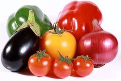 Farbige Gemüsefülle getrennt auf Weiß Stockfotos