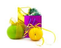 Farbige Geschenkpakete und Gruppe der Zitrusfrucht Stockbilder