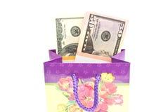 Farbige Geschenktasche mit Geldnahaufnahme Lizenzfreies Stockfoto