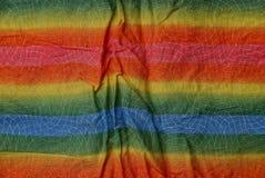 Farbige gestreifte Beschaffenheit eines Stückes des zerknitterten Stoffes Stockfotos