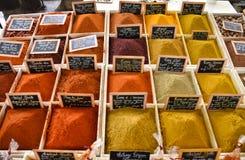 Farbige Gewürze am Markt stockbilder